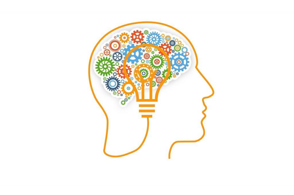Ein weißer Hintergrund auf dem ein Kopf gezeichnet ist. Das Gehrin wird durch viele kleine Rädchen dargestellt. Auf dem Gehirn ist hervorgehoben eine Glühbirne. Das Bild soll für die Psychologie stehen.